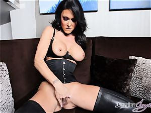 steaming dark-haired babe Jessica Jaymes messing with her vulva