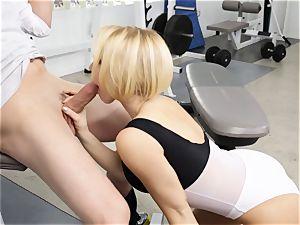 Kagney Linn Karter uber-sexy gym boinking